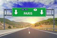 Panneau routier de Paris sur la route Photographie stock libre de droits