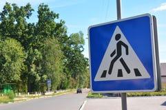 Panneau routier de passage piéton Signes piétonniers, signes de passage pour piétons Photographie stock