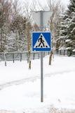 Panneau routier de passage pour piétons en hiver photos stock