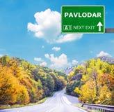 Panneau routier de PAVLODAR contre le ciel bleu clair photo stock