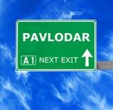 Panneau routier de PAVLODAR contre le ciel bleu clair image libre de droits