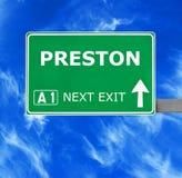 Panneau routier de PRESTON contre le ciel bleu clair image libre de droits