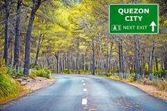 Panneau routier de QUEZON CITY contre le ciel bleu clair photo stock