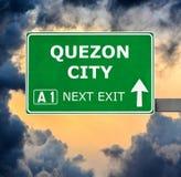 Panneau routier de QUEZON CITY contre le ciel bleu clair photo libre de droits
