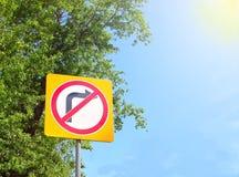 Panneau routier de rue avec une flèche droite Photographie stock libre de droits