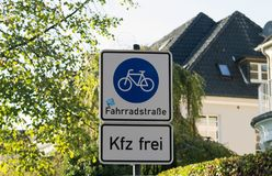 Panneau routier de ruelle de bicyclette et de piéton sur le courrier de poteau photos libres de droits