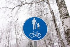 Panneau routier de ruelle de bicyclette et de piéton sur le courrier de poteau images stock