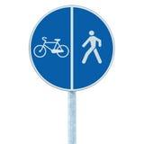 Panneau routier de ruelle de bicyclette et de piéton sur le courrier de poteau, l'itinéraire de recyclage et de marche bleu de vé Photo stock