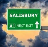 Panneau routier de SALISBURY contre le ciel bleu clair images libres de droits