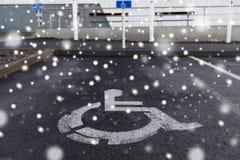 Panneau routier de stationnement de voiture pour le handicapé dehors image libre de droits
