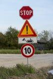 Panneau routier de travail en cours Photos stock