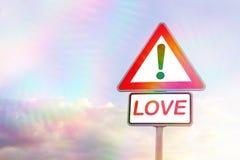 Panneau routier de triangle avec l'amour de mot Image stock