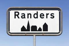Panneau routier de ville de Randers au Danemark Photos libres de droits