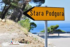 Panneau routier directionnel jaune avec le mot Stara Podgora photographie stock libre de droits