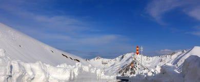 Panneau routier en montagnes de neige Image libre de droits