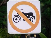 Panneau routier en parc public, Images stock