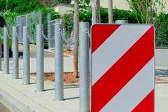 Panneau routier et barrière photo stock