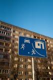 Panneau routier européen vivant de secteur à Riga, Lettonie avec une construction de logements soviétique typique d'immeuble à l' image stock