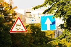 Panneau routier glissant Photos stock