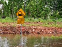 Panneau routier inondé d'itinéraire d'autobus scolaire photo stock