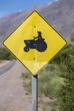 Panneau routier jaune de croisement de tracteur, Argentine Photographie stock libre de droits