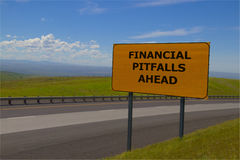 Panneau routier jaune de ` financier de pièges de ` en avant Images stock