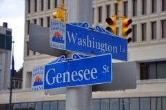 Panneau routier l'état à Utica, New-York, Etats-Unis Image stock