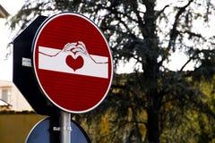 Panneau routier moderne avec le dessin par Clet Abraham à Florence, Italie Photos stock