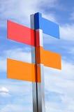 Panneau routier multi de couleur avec le ciel nuageux dessus Images libres de droits