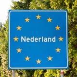 Panneau routier néerlandais à la frontière Images libres de droits