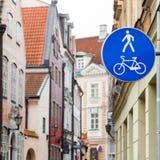 Panneau routier piétonnier bleu de zone dans la vieille ville Photographie stock libre de droits