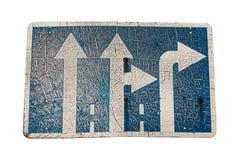 Panneau routier porté très vieux pour une route à trois voies, minable, d'isolement sur le fond blanc Images libres de droits