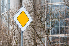 Panneau routier prioritaire Image stock