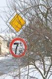 Panneau routier prioritaire et poids maximum 7 tonnes pour des véhicules croisant le signe Images libres de droits