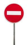 Panneau routier rouge d'isolement sur le poteau en métal Aucune entrée Photos stock