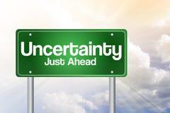 Panneau routier vert d'incertitude juste en avant Image stock