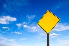 Panneau routier vide contre le ciel bleu avec l'espace de copie photos libres de droits