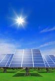 Panneau solaire avec l'herbe verte et le ciel bleu Photographie stock