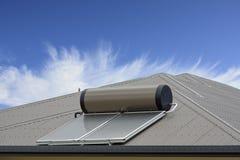 Panneau solaire avec le ciel bleu et les nuages images stock