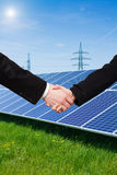 Panneau solaire contre les tours à haute tension images libres de droits