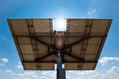 Panneau solaire par derrière images libres de droits