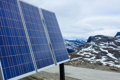 Panneau solaire photovoltaïque extérieur en nature de montagnes Photographie stock