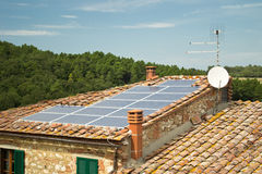 Panneau solaire photovoltaïque sur le toit photo libre de droits