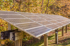 Panneau solaire servant le site éloigné, couleur d'automne Image stock