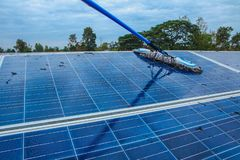 Panneau solaire, source alternative de l'électricité - le concept des ressources viables, et c'est un nouveau système qui peut se image stock