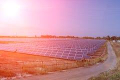 Panneau solaire, source alternative de l'électricité - le concept des ressources viables, et c'est un nouveau système qui peut se photographie stock