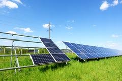 Panneau solaire sur le fond de ciel bleu Images stock