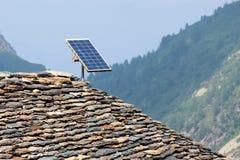 Panneau solaire sur un toit fait en pierre Photographie stock libre de droits