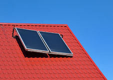 Panneau solaire sur un toit rouge Images libres de droits