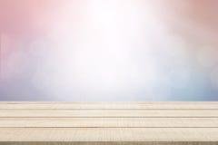 Panneau supérieur en bois de table sur le fond en pastel Photos libres de droits
